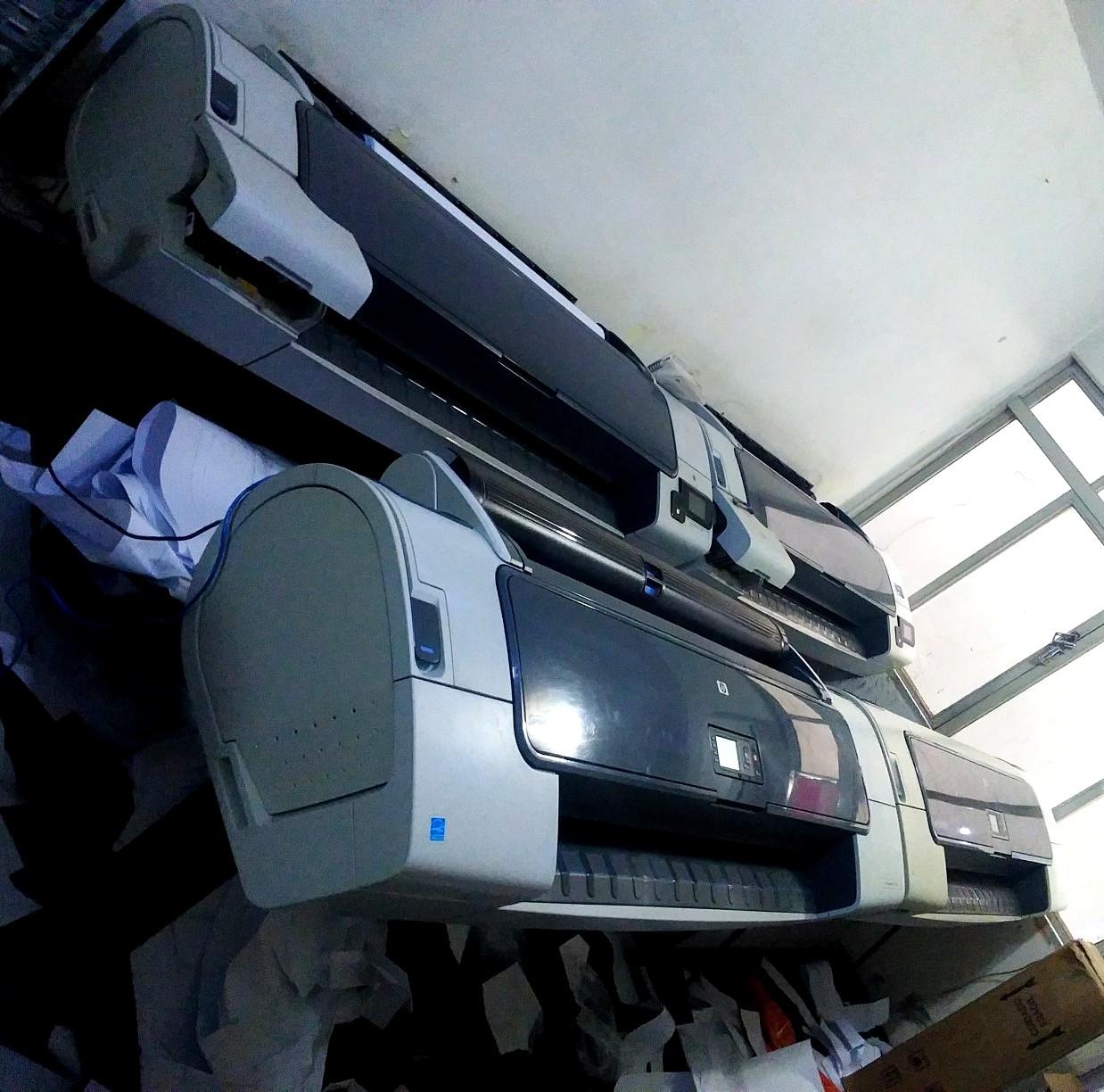 Conjunto de impressoras de grande formato do Cliente com quatro unidades de plotter HP Designjet T790 e T770