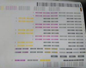 Teste indicando falha da Cabeça de Impressão de uma impressora plotter. teste de cabeças de impressão ou qualidade impressão